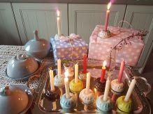 die Gugelhupfe sind ca. 6 cm im D und ca. 2,5 cm hoch - schön auf jedem Geburtstagstisch!